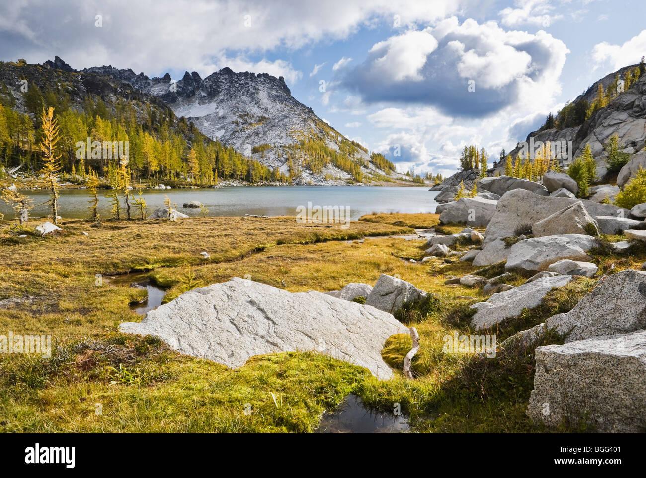 Perfección Lago y pico McClellan, encanto Área Silvestre de lagos, cascadas de Washington, Estados Unidos. Imagen De Stock