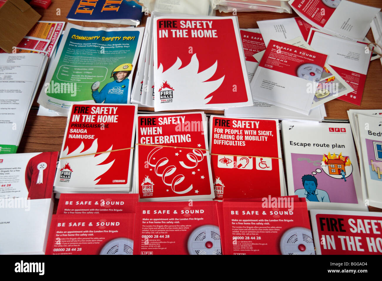 Una tabla de folletos de seguridad contra incendios en la exhibición en una Brigada de Bomberos de Londres Imagen De Stock