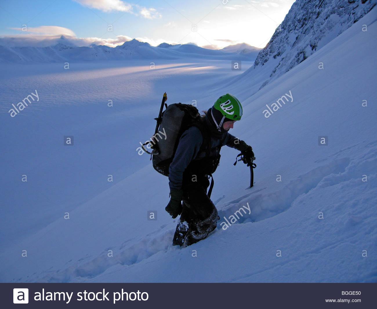 Un escalador sube el peligro máximo, en Chugach State Park, Alaska Imagen De Stock