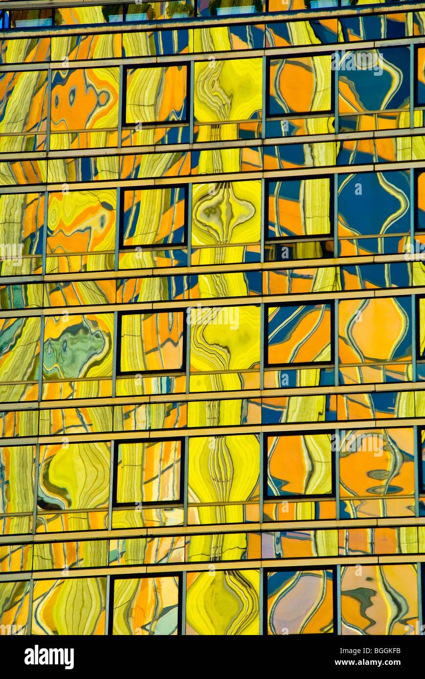 Coloridos reflejos en la superficie de vidrio de un edificio alto en Buenos Aires, Argentina Foto de stock