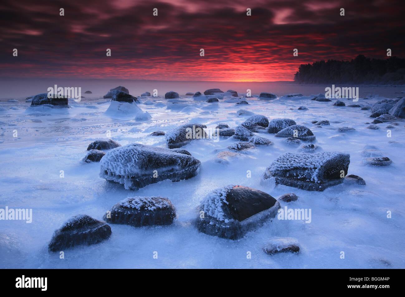 Paisaje costero congelados al amanecer, en Østfold Larkollen en Rygge, fylke, Noruega. Imagen De Stock