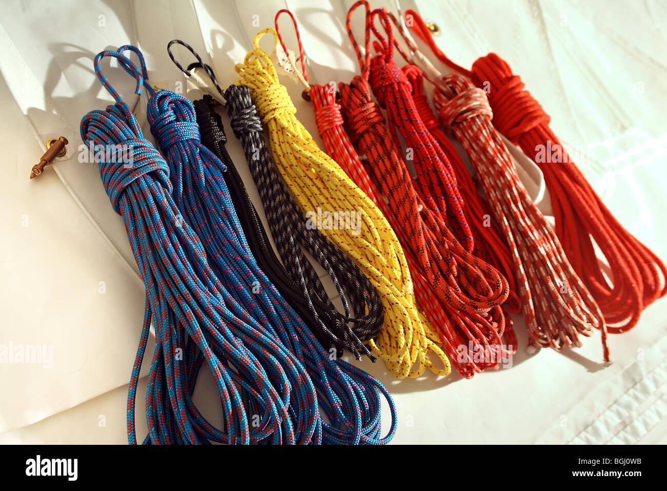 Enrollado, cuerdas, drizas, fresado y sentar las líneas de hoja plegada en la superficie de la vela. Imagen De Stock