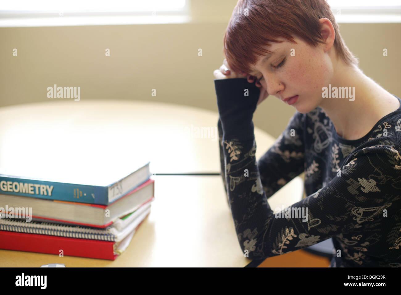 Jovencita durmiendo en la escuela Imagen De Stock