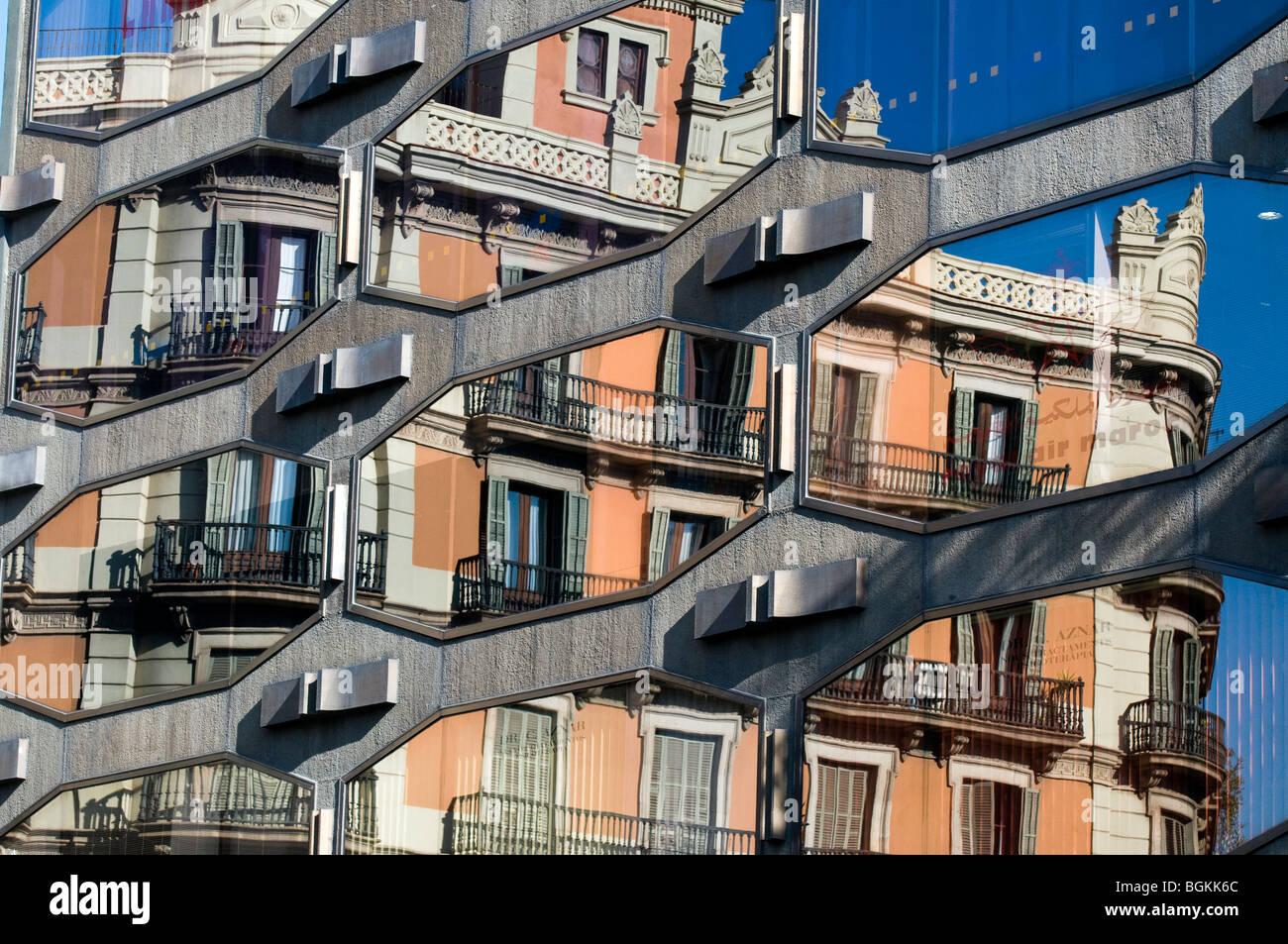 Nuevos y viejos edificios de reflexión en la plaza de Urquinaona, Barcelona, Cataluña, España Foto de stock