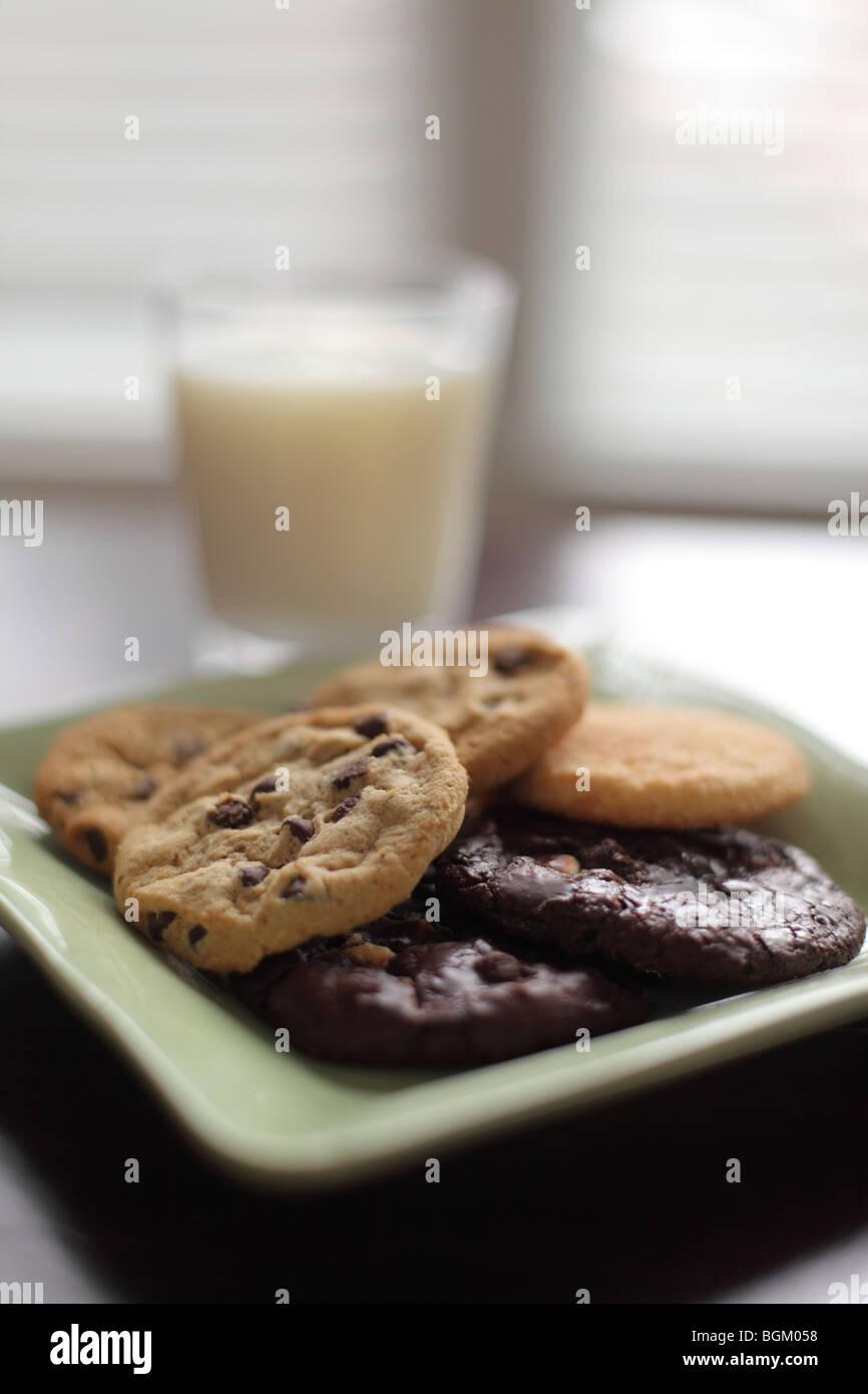 Plato de galletas y leche Imagen De Stock