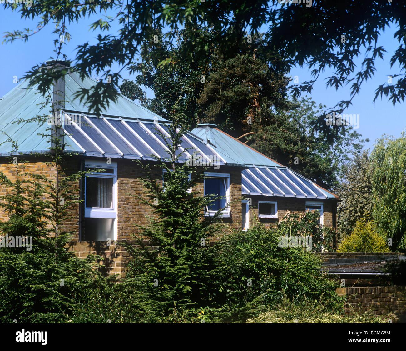 Paneles solares para calentar agua integradas en los tejados de las casas en Crofters Mead, Forestdale, Croydon. Imagen De Stock