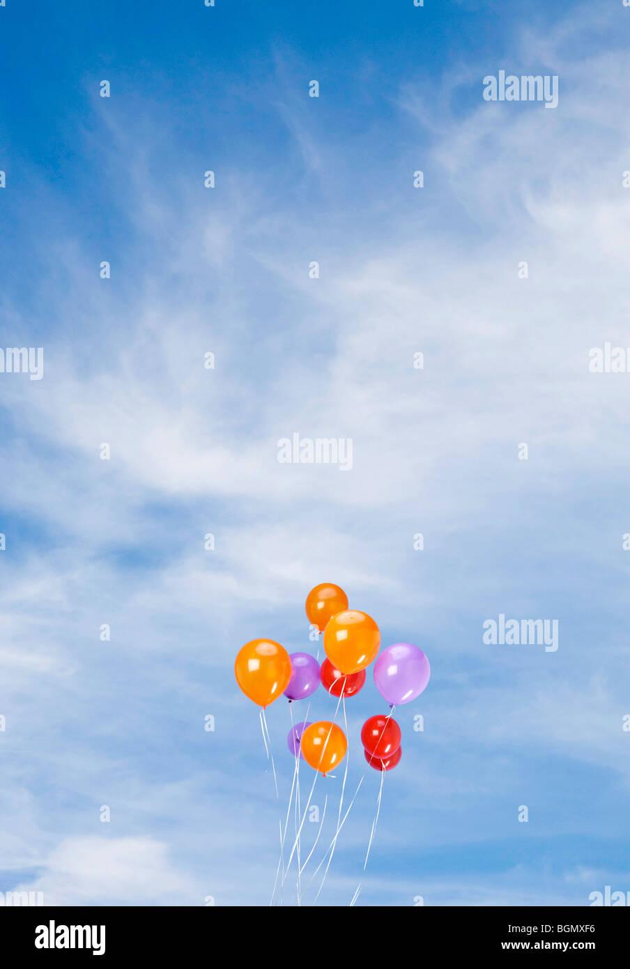 Liberar un montón de globos de colores en el cielo Imagen De Stock