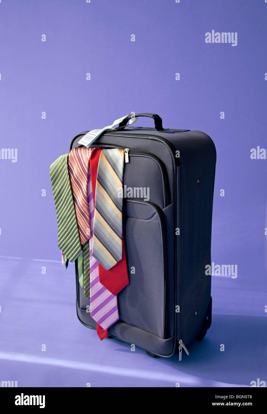 Maleta de embalaje para viajes con hombres lazos sobresalen Imagen De Stock