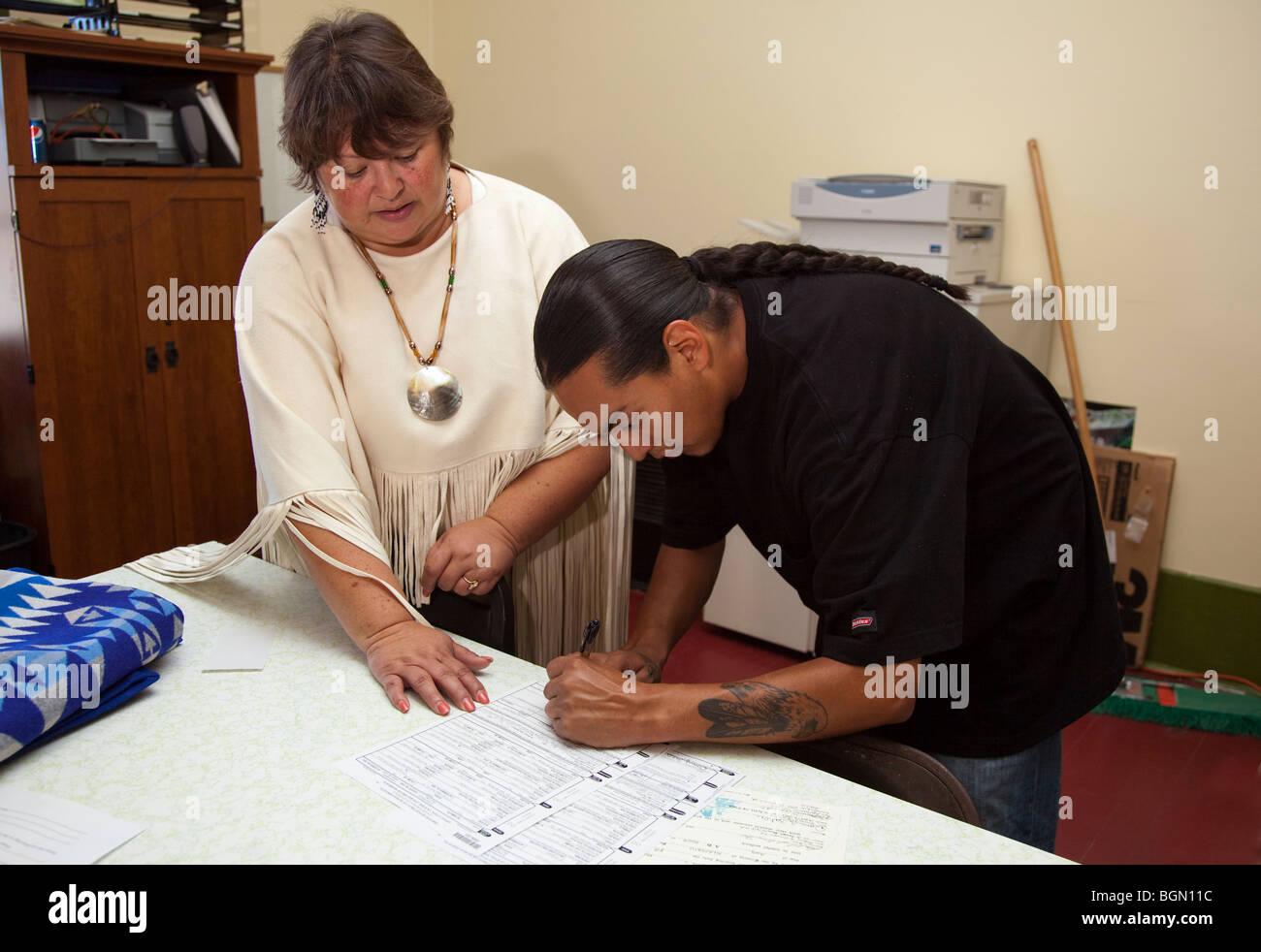 Hombre Americano Nativo signos papeleo y documentos en una oficina. Imagen  De Stock 826a65b900d