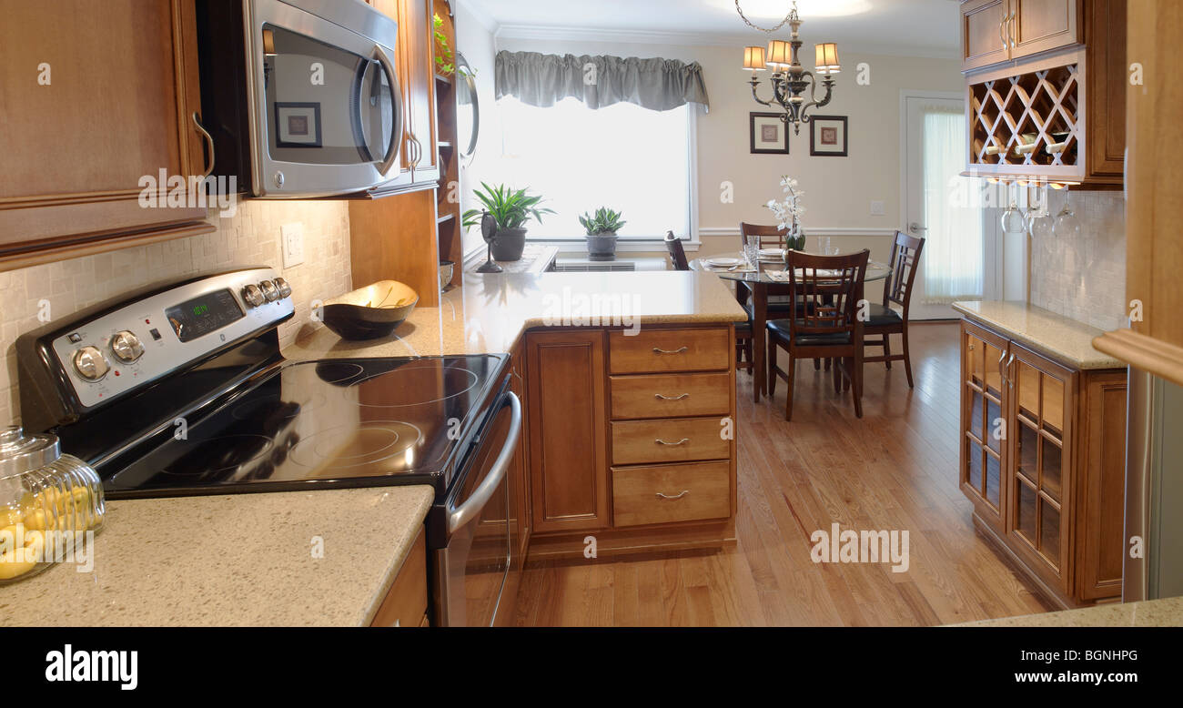 Cocina con comedor interior Foto de stock