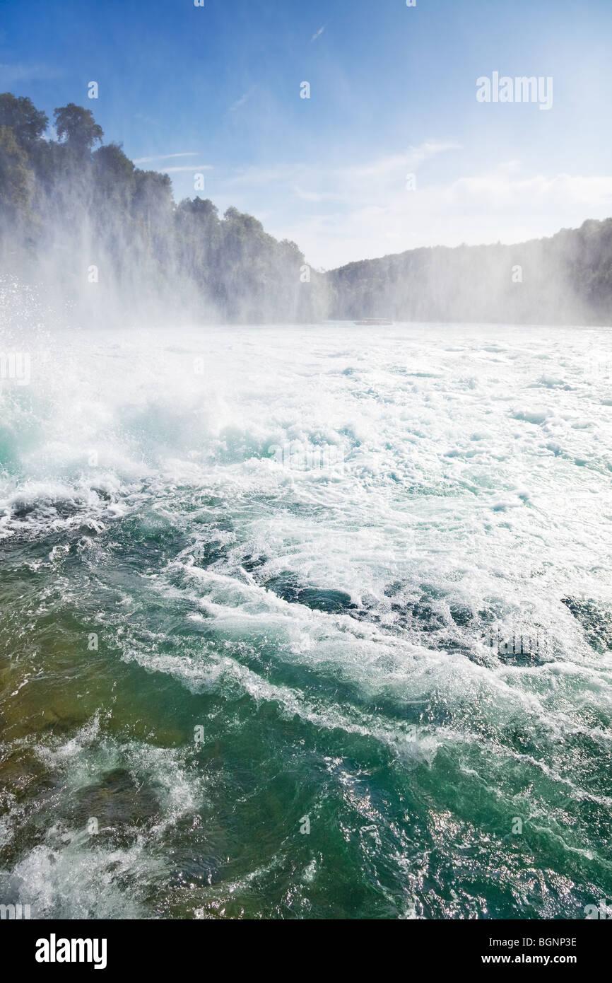 Cataratas del Rin. Famosa cascada en Suiza. Vista desde la plataforma de la cascada. Imagen De Stock