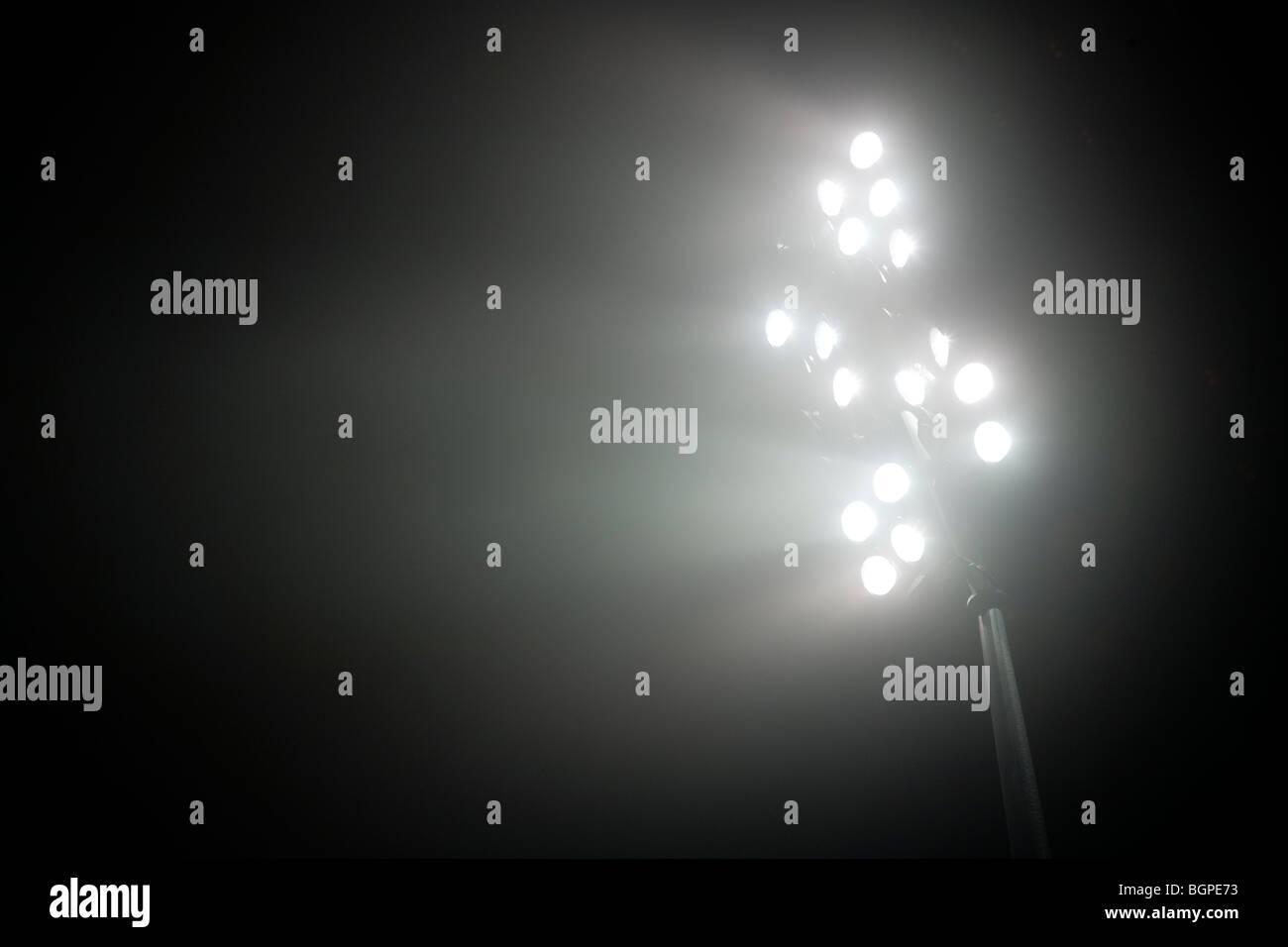 Por la noche las luces del estadio Imagen De Stock