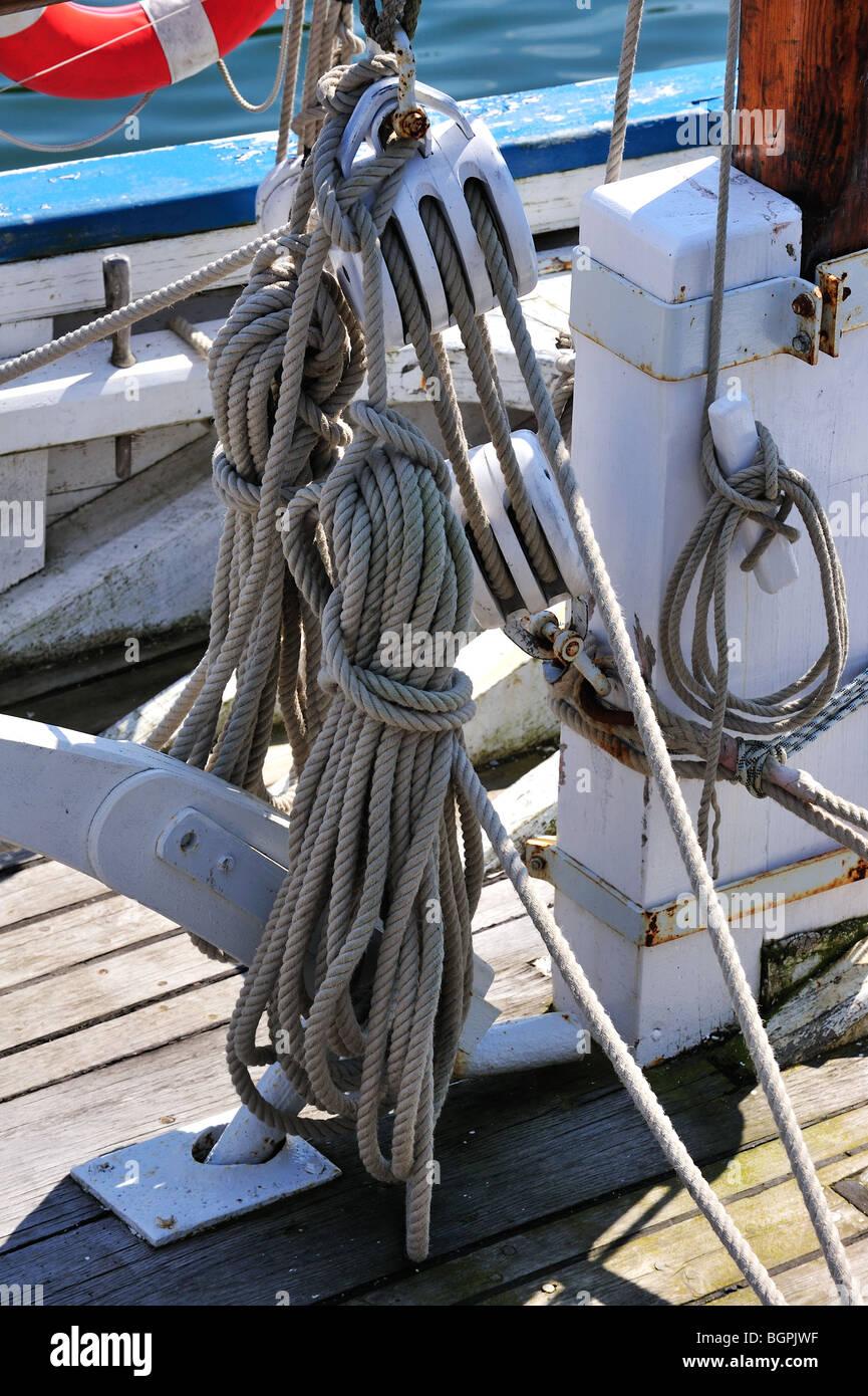Cuerdas a bordo de un velero, Bretaña, Francia Foto de stock