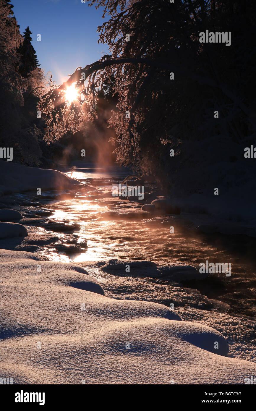 Día de invierno frío con alfombra de nieve junto al río Hobølelva en Våler, Østfold, Imagen De Stock