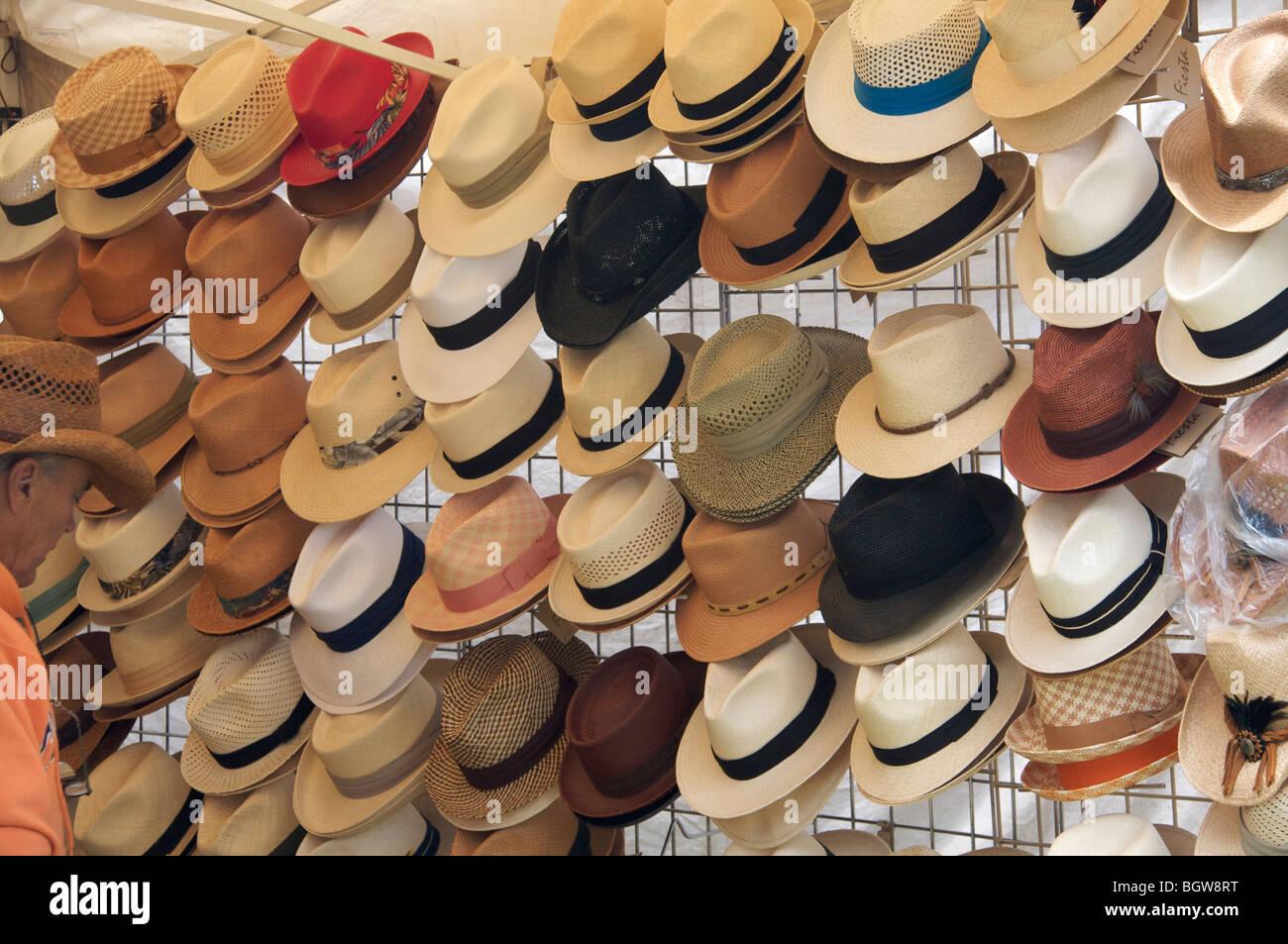 4b8a19fcbe Sombreros para venta en un rack con el hombre en el lateral Foto ...