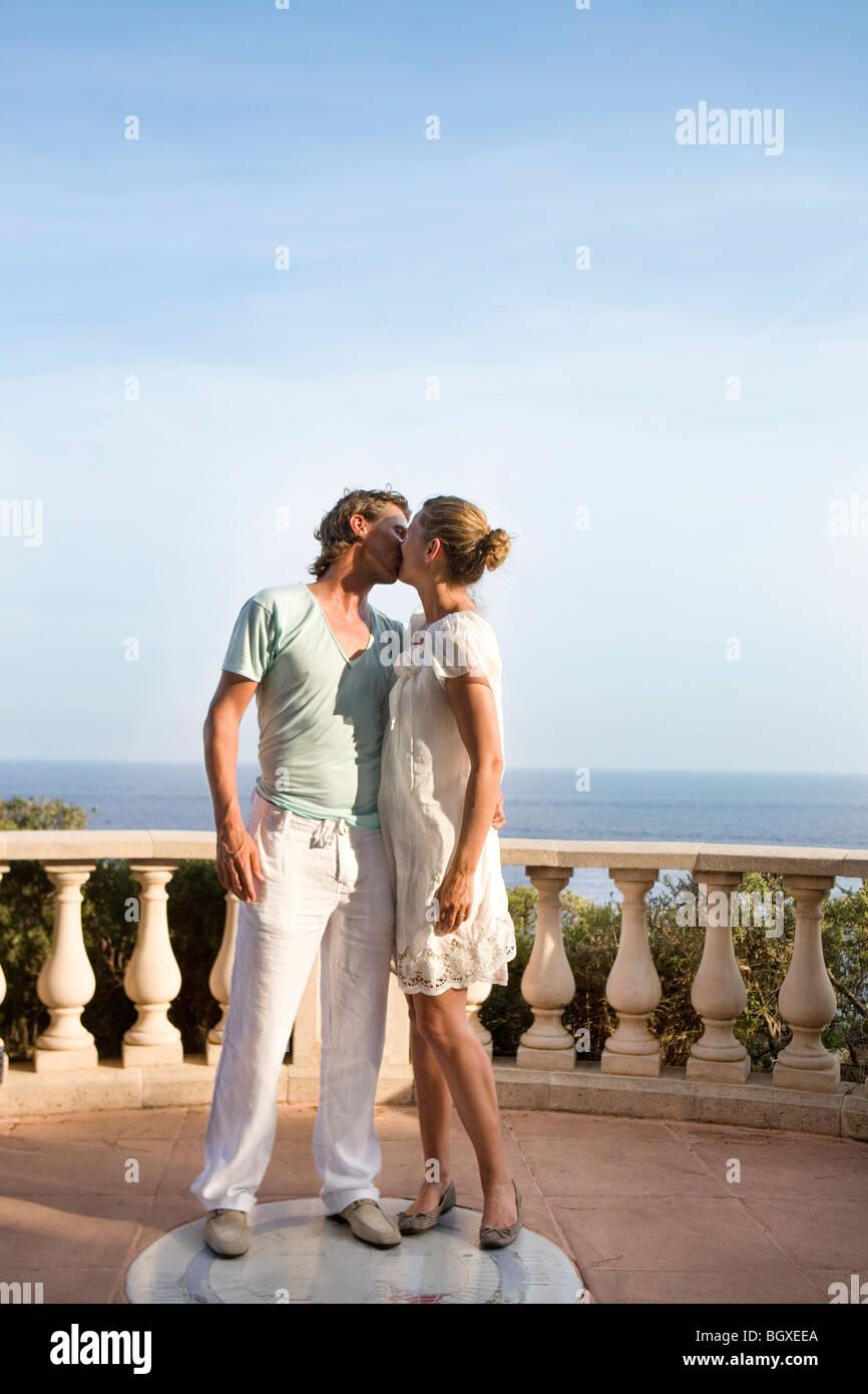 Beso de la pareja amorosa en el balcón Foto de stock