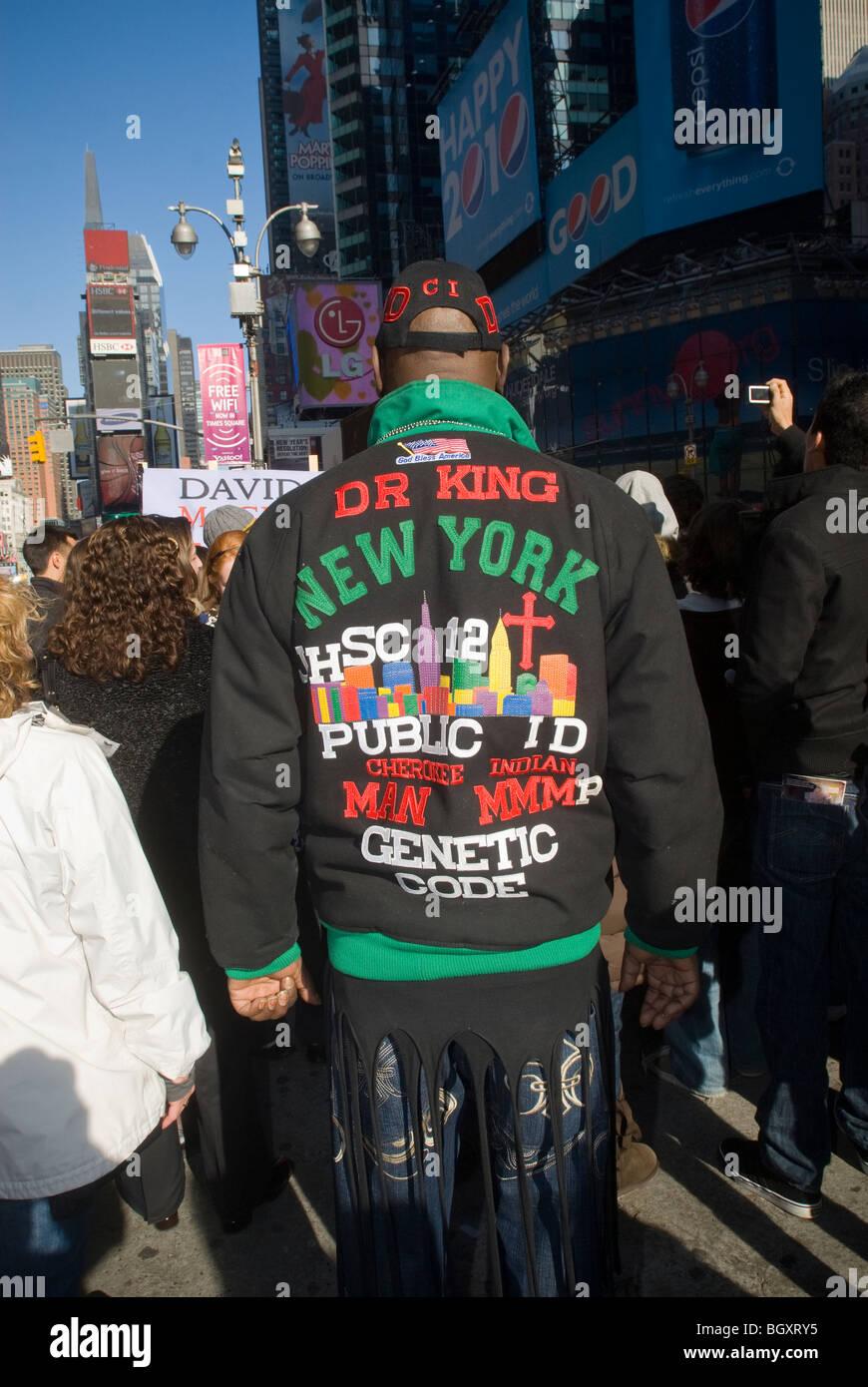 Un hombre en Times Square lleva una chaqueta con un mensaje personalizado, exactamente qué mensaje está Imagen De Stock