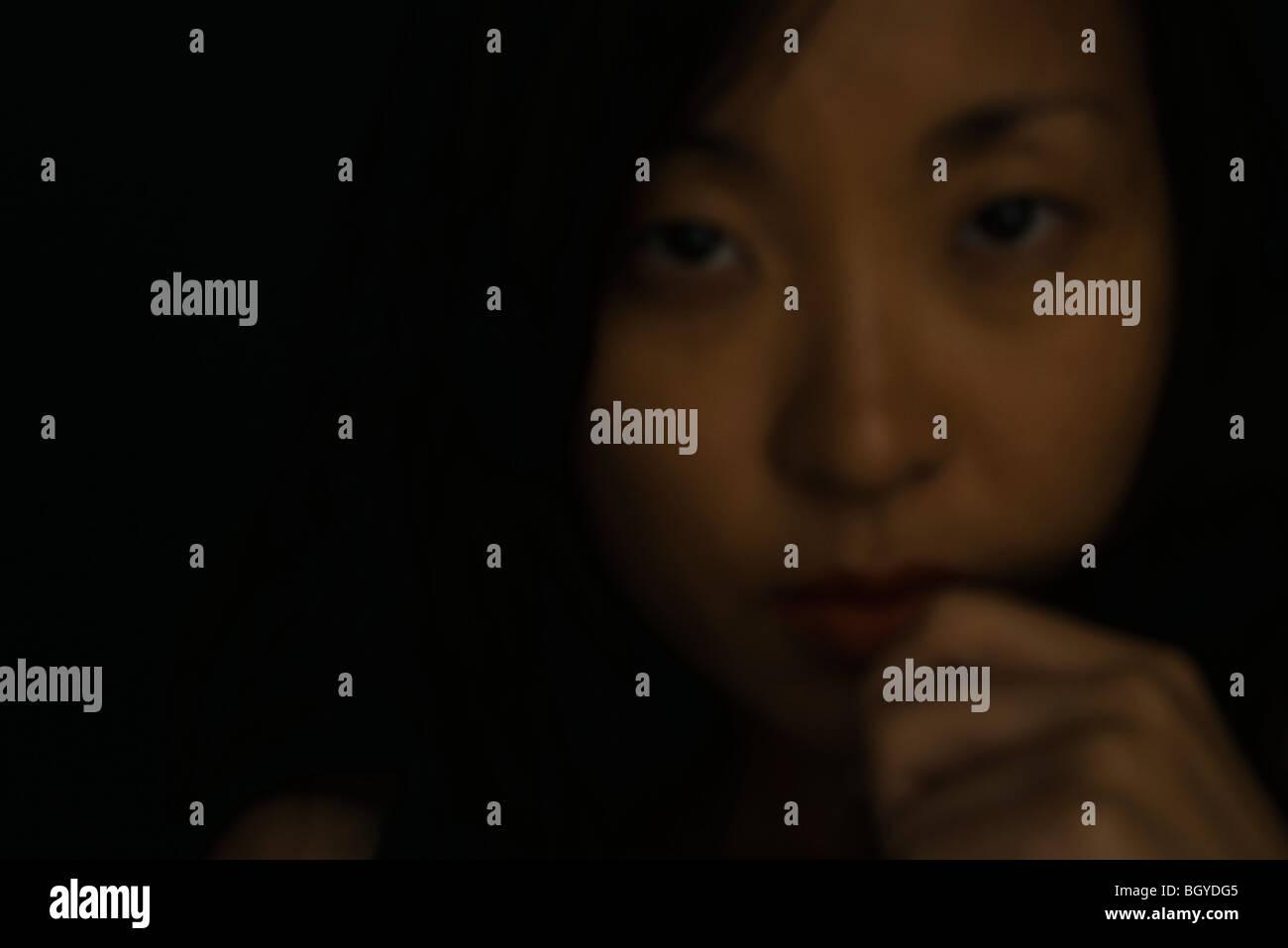 Mujer con la mano bajo el mentón, Retrato Foto de stock