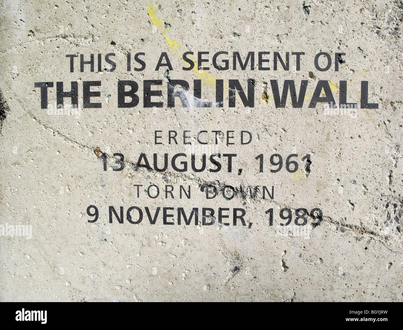 Título en una gran sección del muro de Berlín erigido como una pantalla Imagen De Stock