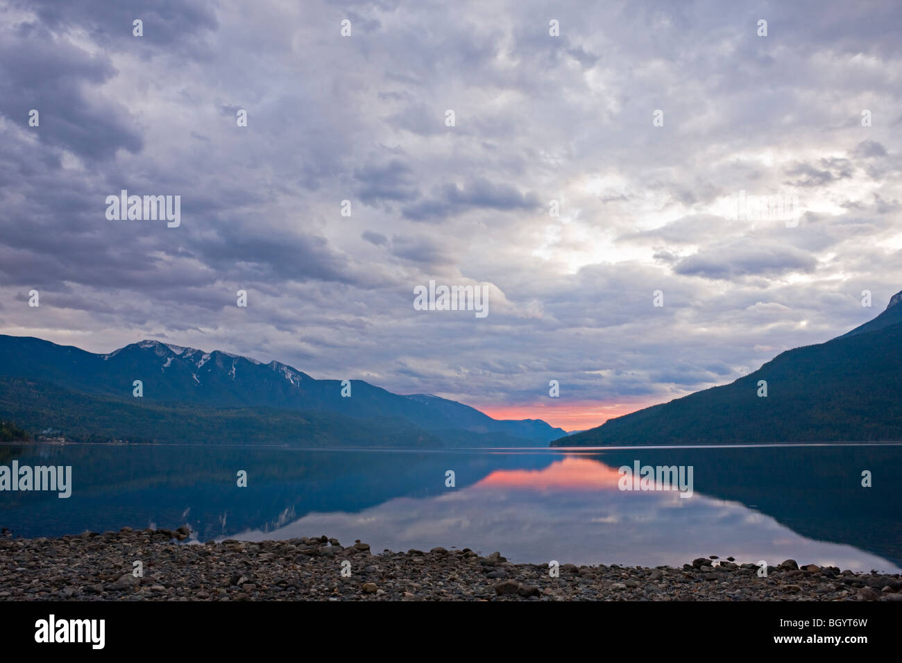 Lago Slocan al atardecer desde la ciudad de Denver, Nuevo Valle Slocan, Central de Kootenay, British Columbia, Canadá. Imagen De Stock