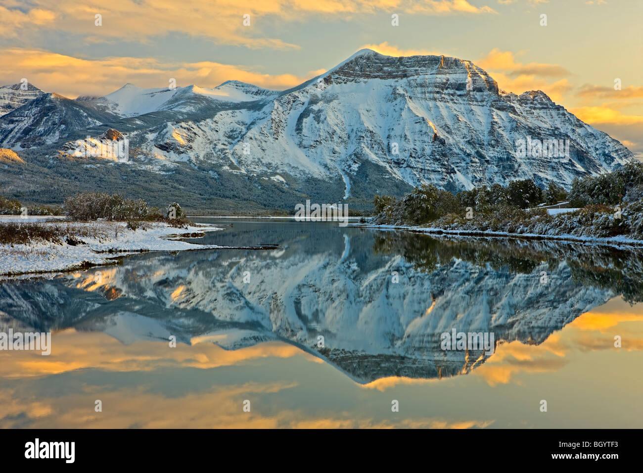 Reflexiones de Mt Vimy en Lower Waterton Lake (Lago del Caballero) al atardecer en el Parque Nacional Waterton Lakes Imagen De Stock