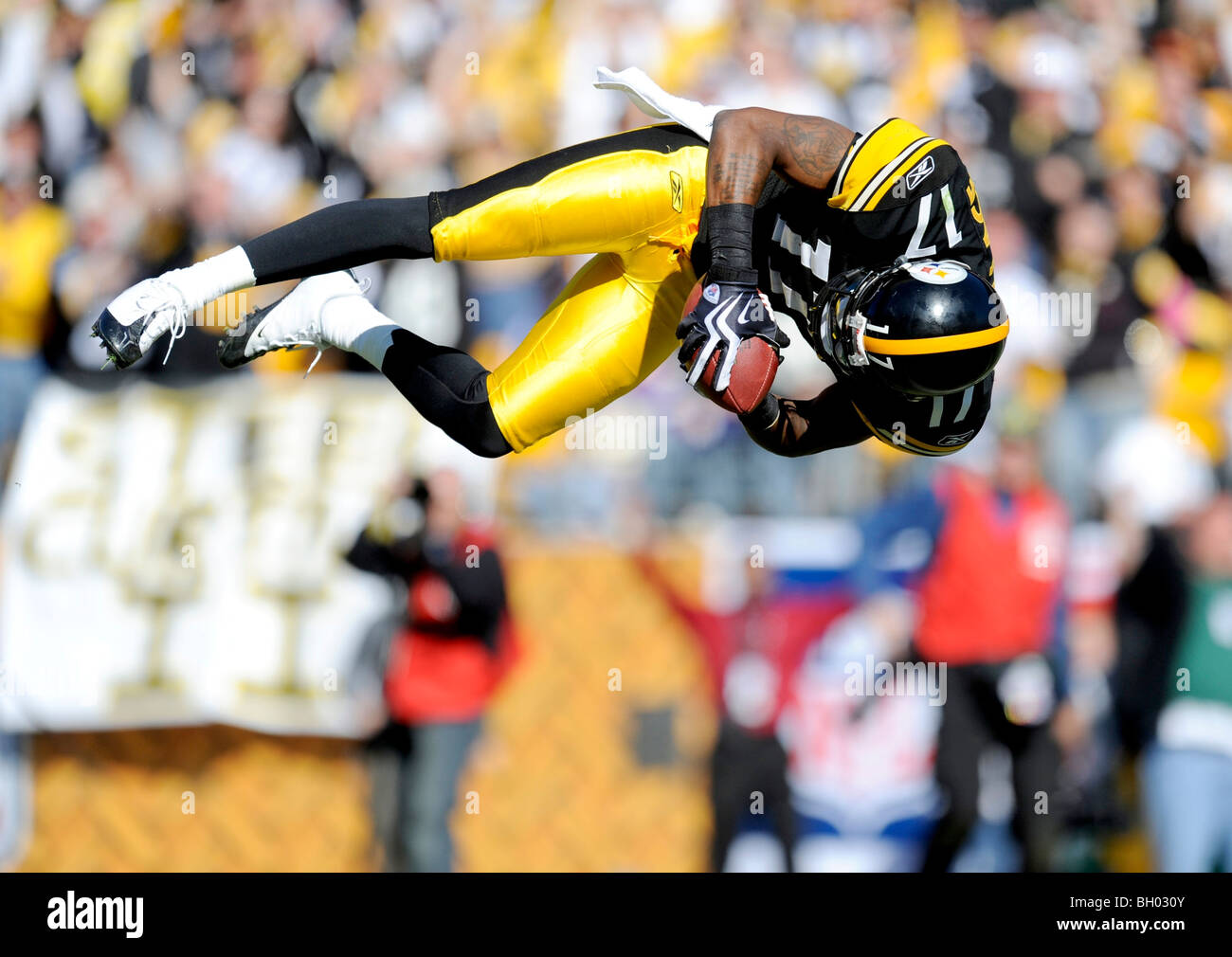 Mike Wallace #17 de los Pittsburgh Steelers salta a la zona final tras anotar un touchdown contra los Vikingos de Imagen De Stock