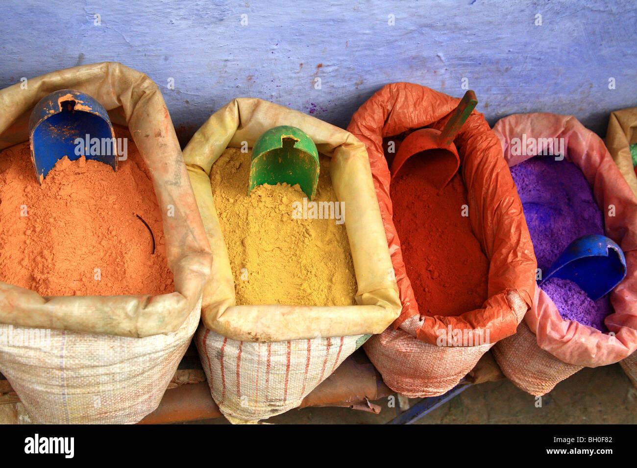 Los tintoreros de color para vender en el mercado abierto en Chaouen, Marruecos Imagen De Stock