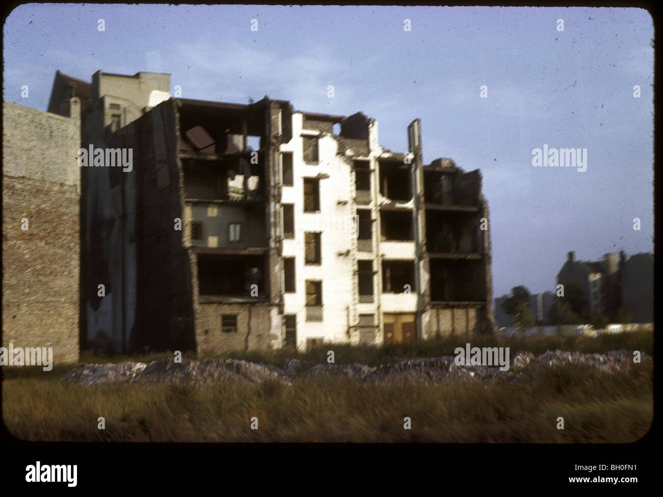 Berlín, junto al Muro de Berlín, visto desde Alemania Occidental durante la década de 1960. Imagen De Stock