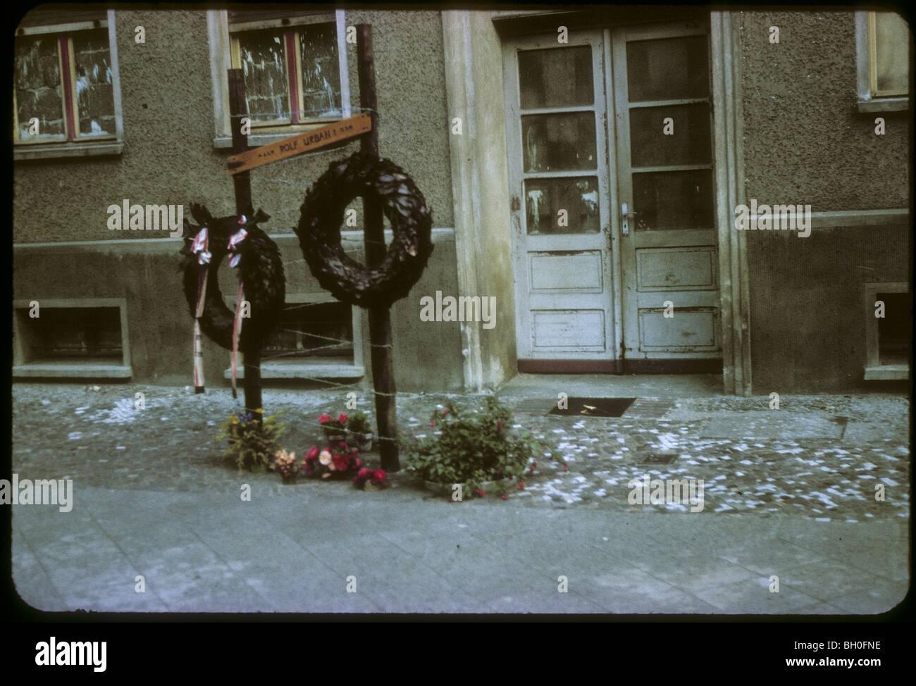 Corona memorial. Berlín, junto al Muro de Berlín, visto desde Alemania Occidental durante la década Imagen De Stock