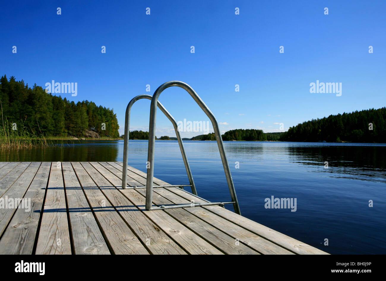 Muelle privado en una bahía, bajo un cielo azul, el distrito del lago Saimaa, Finlandia, Europa Imagen De Stock