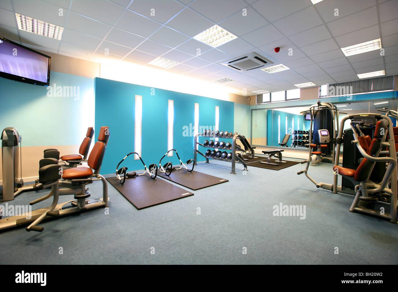 Moderno gimnasio equipado con diversos aparatos de ejercicios Imagen De Stock