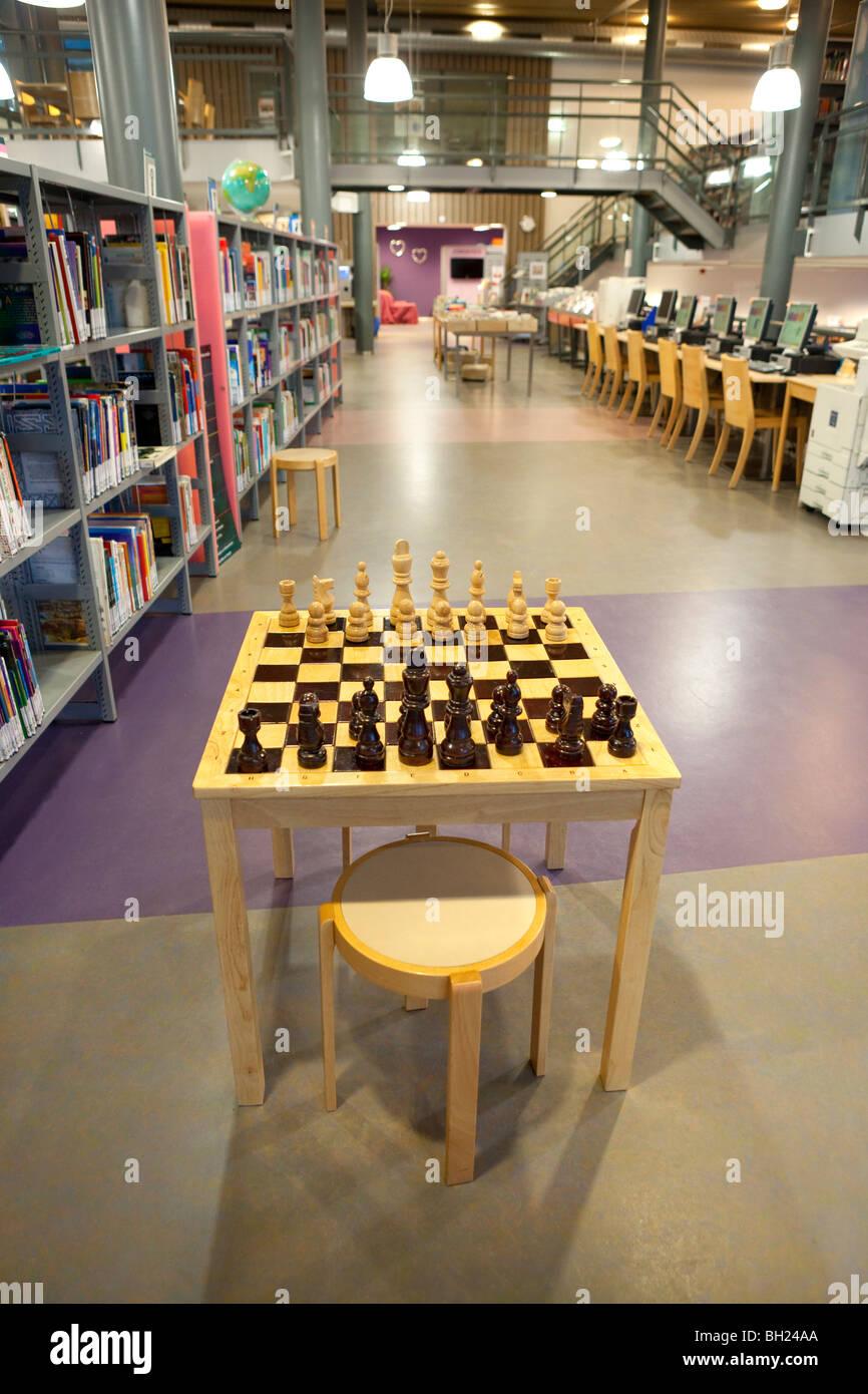 Tabla de ajedrez en la biblioteca Imagen De Stock