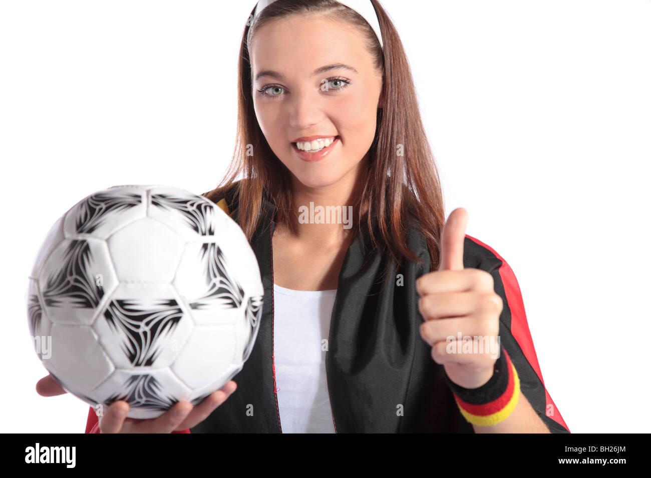 bf3a733ecd874 Un atractivo fútbol alemán ventilador ventilador vistiendo varios  utensilios y sosteniendo un balón Imagen De Stock