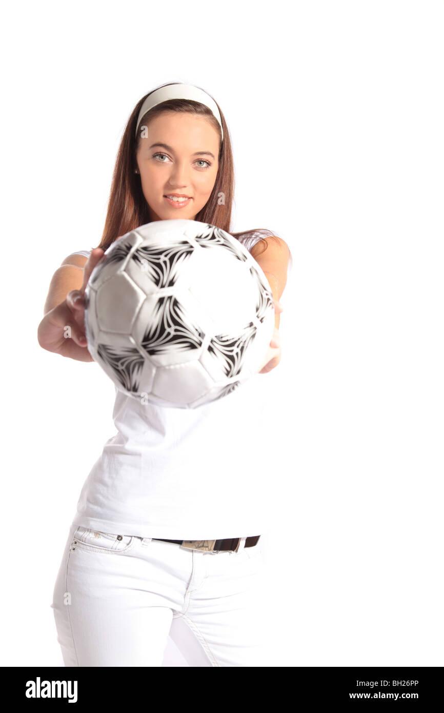 abbc649b70a0b Una atractiva mujer joven sosteniendo un balón de fútbol. Todas aisladas sobre  fondo blanco.