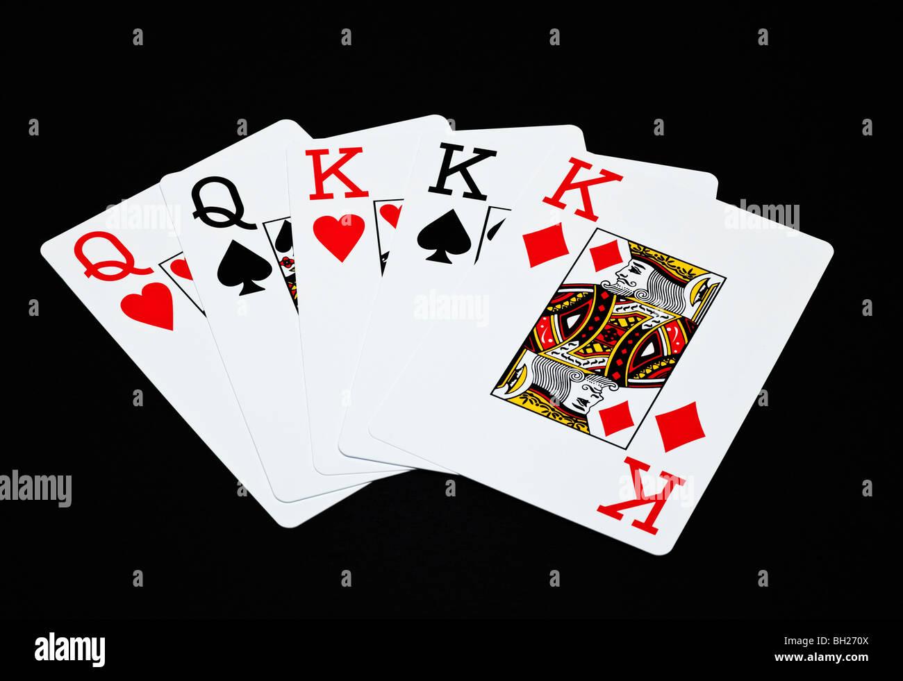 Jugando a las cartas que muestra una casa llena de mano de póquer Foto de stock