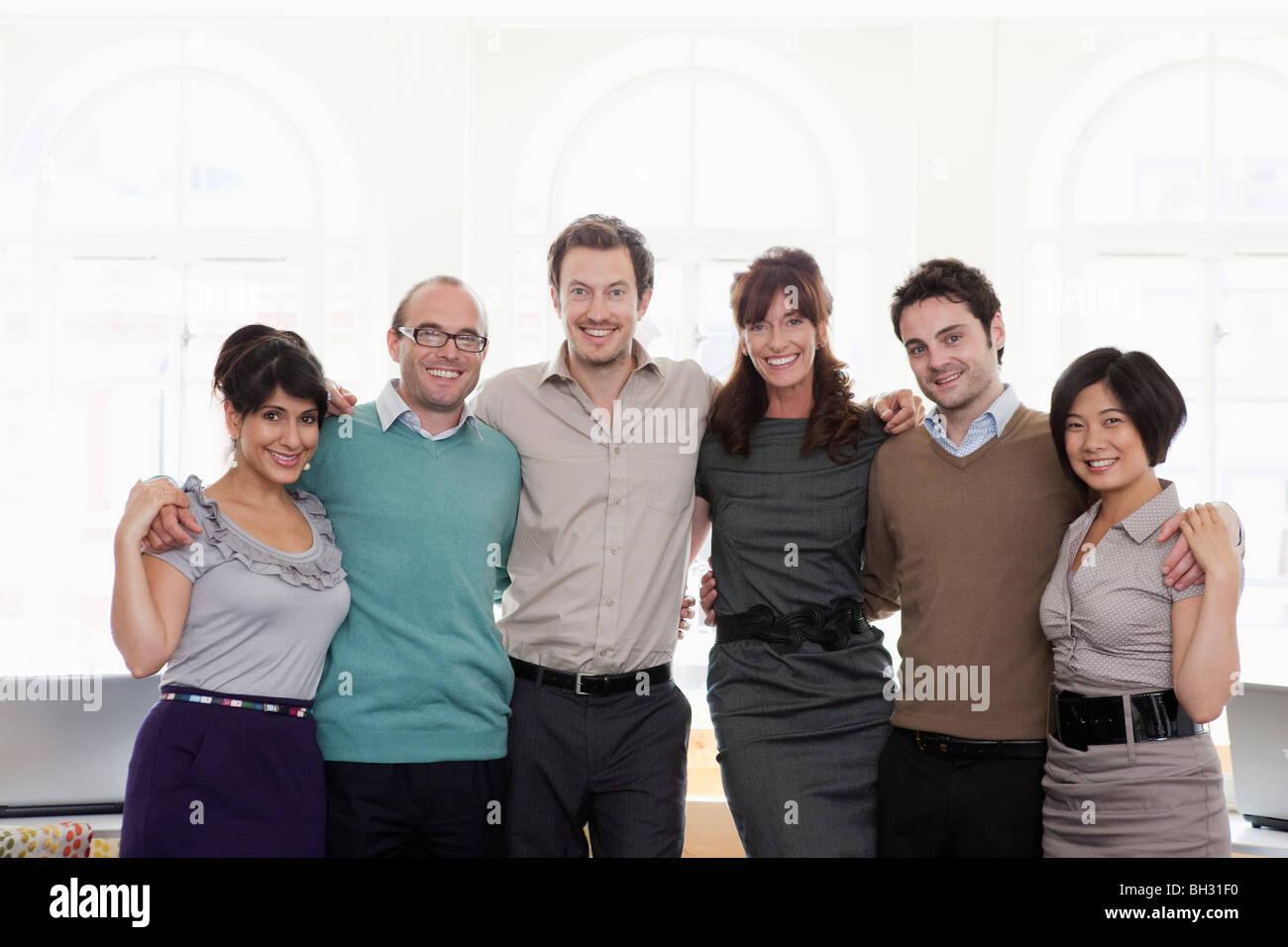 Retrato de un grupo de personas en la oficina Foto de stock