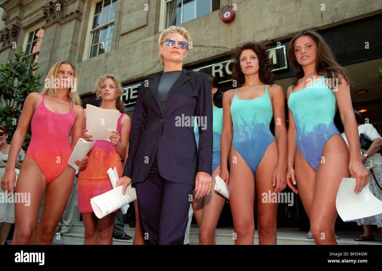 Diseñador de moda Liza Bruce protestas con modelos a los accionistas fuera del Marks & Spencer AGM durante un copyright controversia. Foto de stock