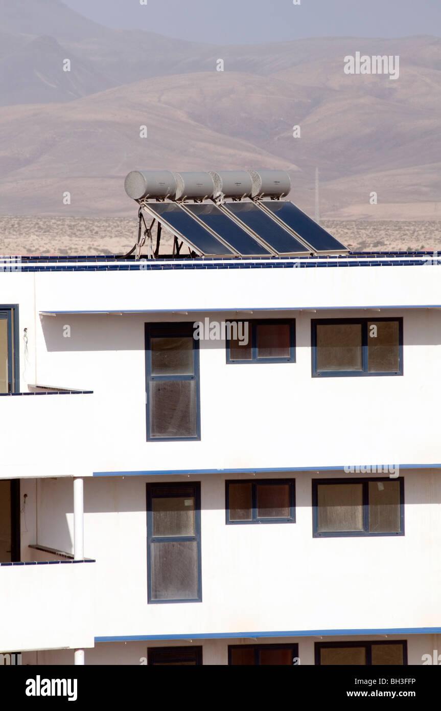 Paneles panel solar calentador de calefacción calienta agua luz solar calentadores de fuentes de energía Imagen De Stock