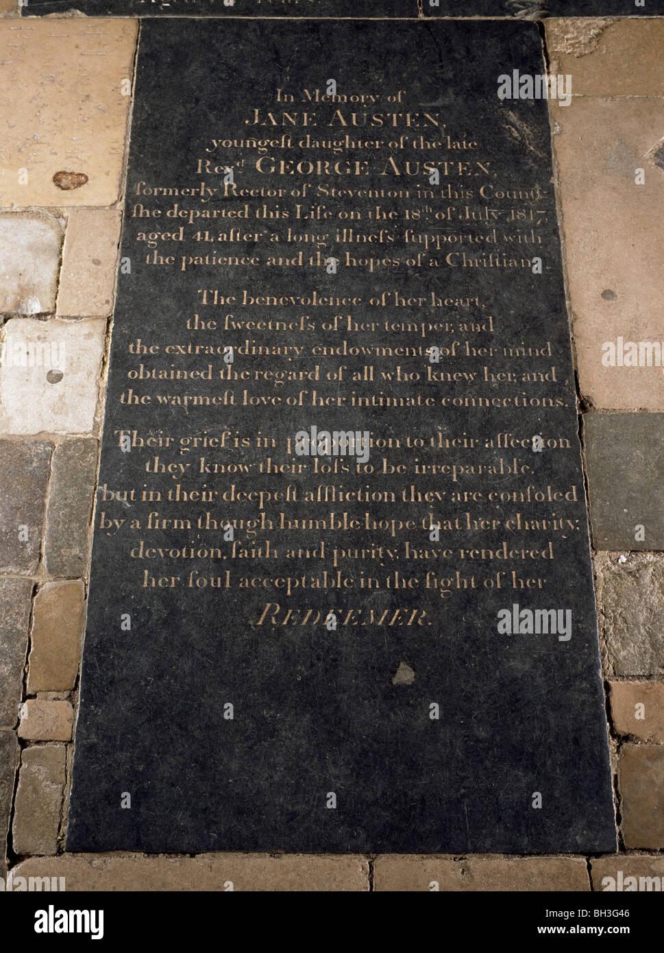 La Catedral de Winchester, Hampshire, Inglaterra. Lápida de Jane Austen, en la nave. Inscripción alaba Imagen De Stock