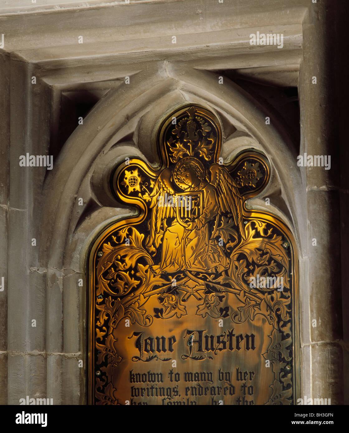 La Catedral de Winchester, Hampshire, Inglaterra. Memorial de Jane Austen, en la nave. La placa de bronce que conmemora Imagen De Stock