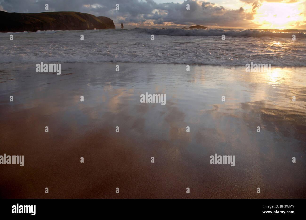 Espumantes y estoy Buachaille surf mar pila en la Bahía de Sandwood. Foto de stock