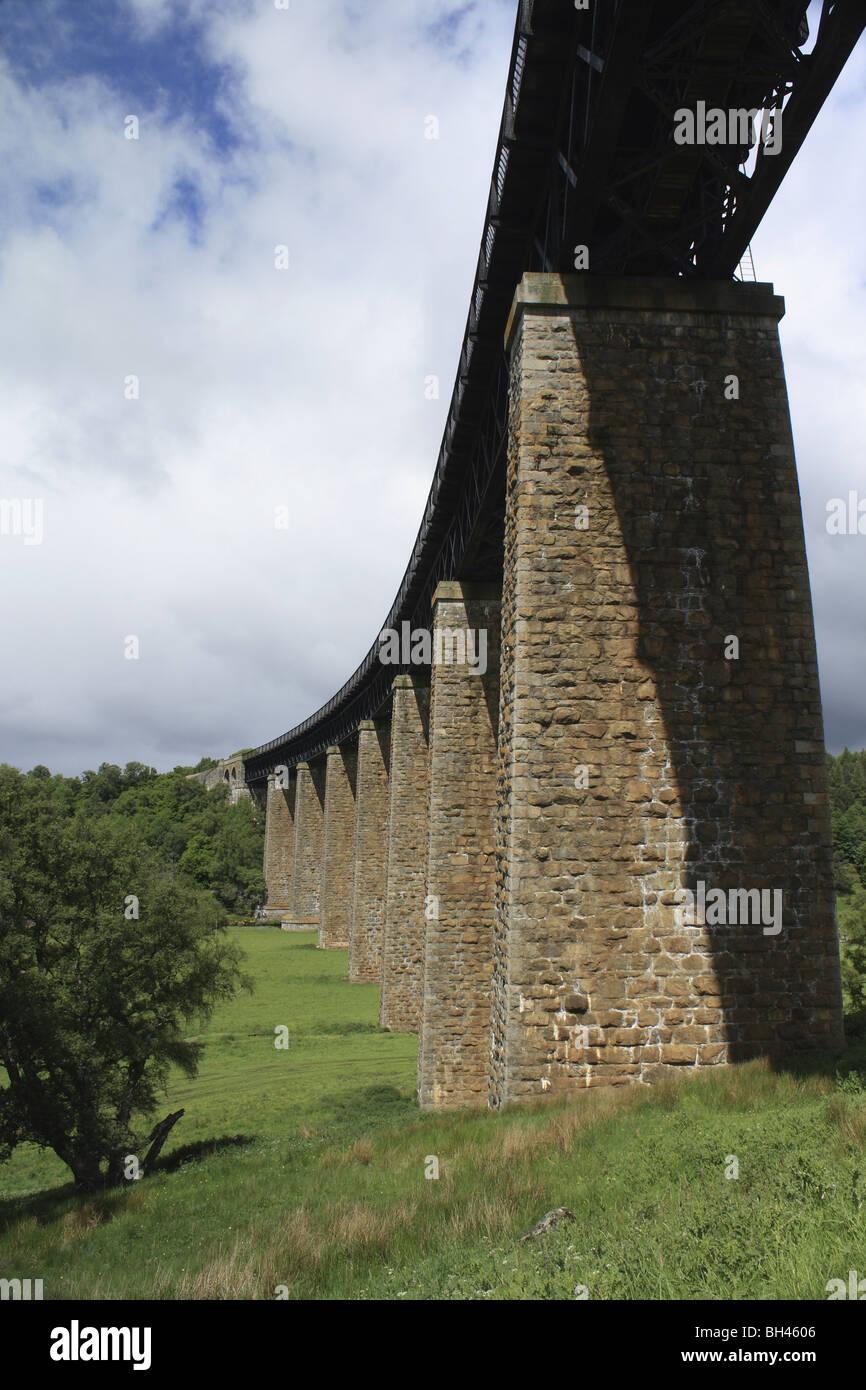Viaducto sobre el río Findhorn Findhorn en Tomatin llevar la línea principal de ferrocarril de la costa oriental de Londres a Inverness. Foto de stock