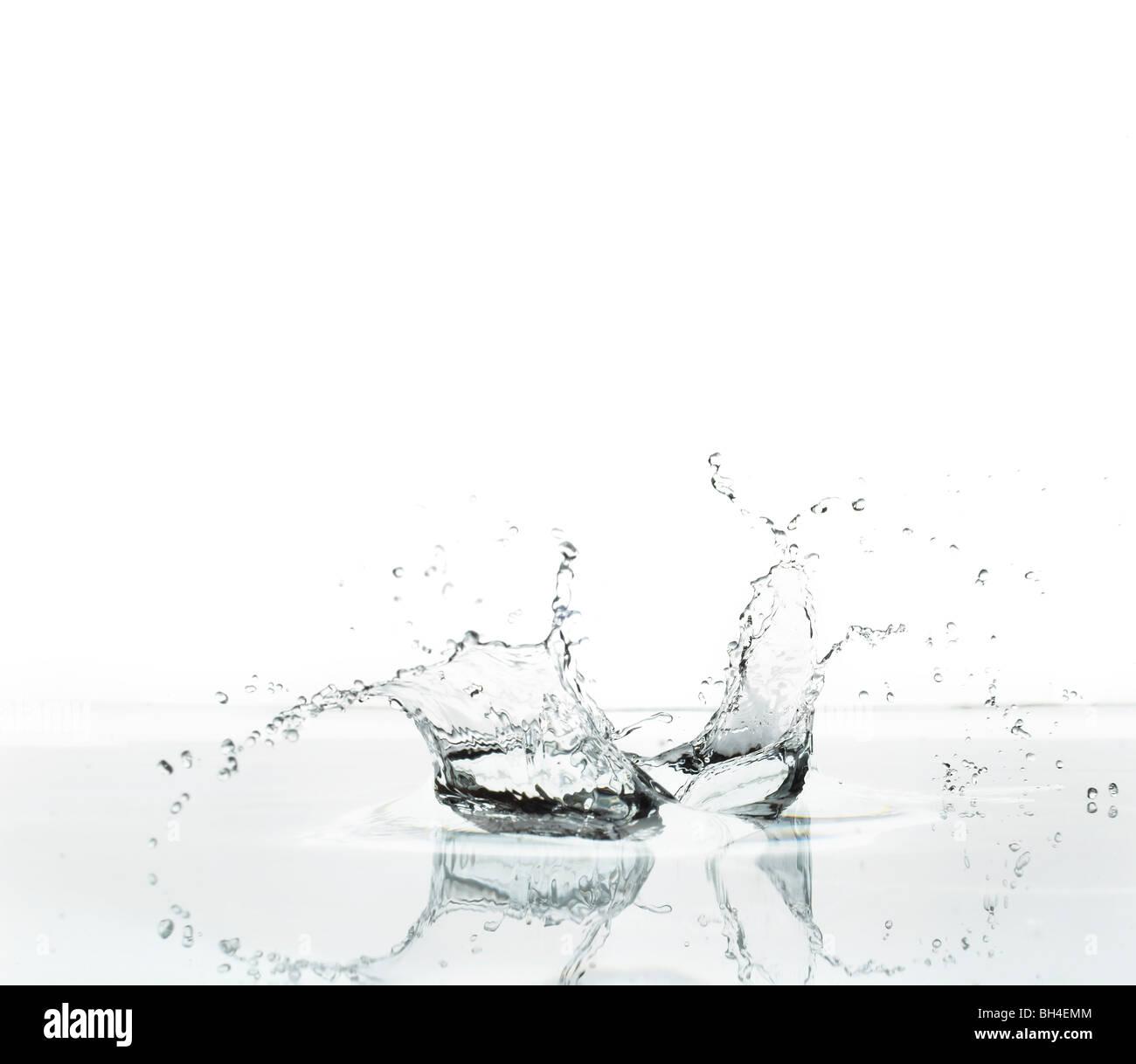 Salpicaduras de agua sobre un fondo blanco. Imagen De Stock