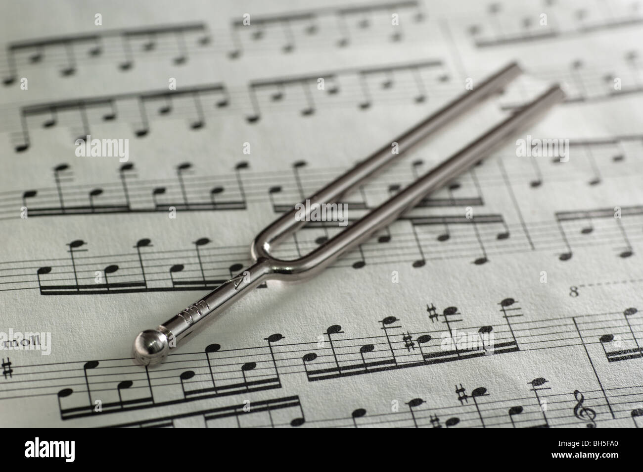 Diapasón en una hoja de música Foto & Imagen De Stock: 27781320 - Alamy