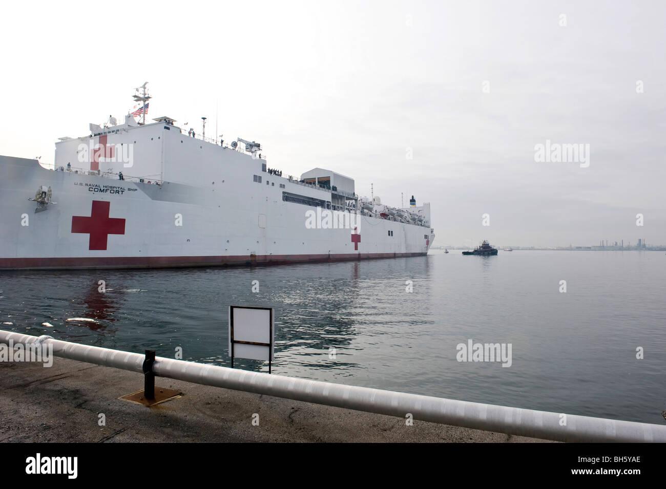 El comando de Transporte Marítimo Militar buque hospital USNS Comfort tira lejos del Cantón Pier. Imagen De Stock