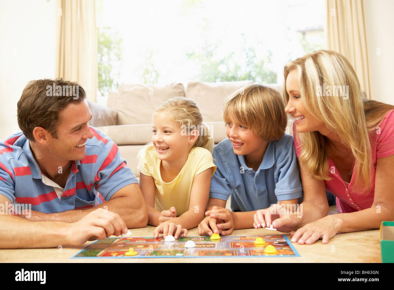 Juego de tablero de juego de la familia en el hogar Foto de stock