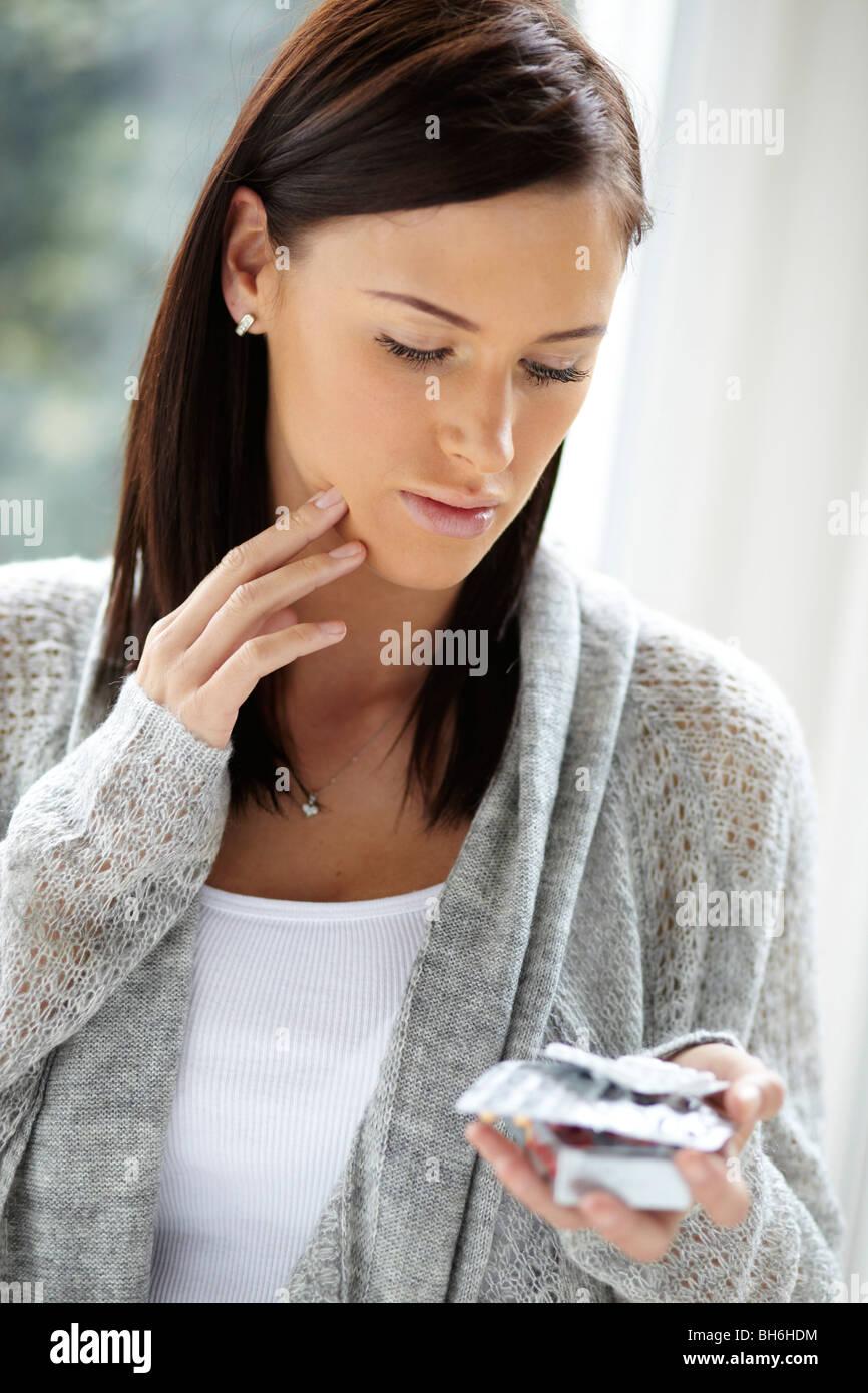 Mujer con dolor de cabeza comprimidos Imagen De Stock