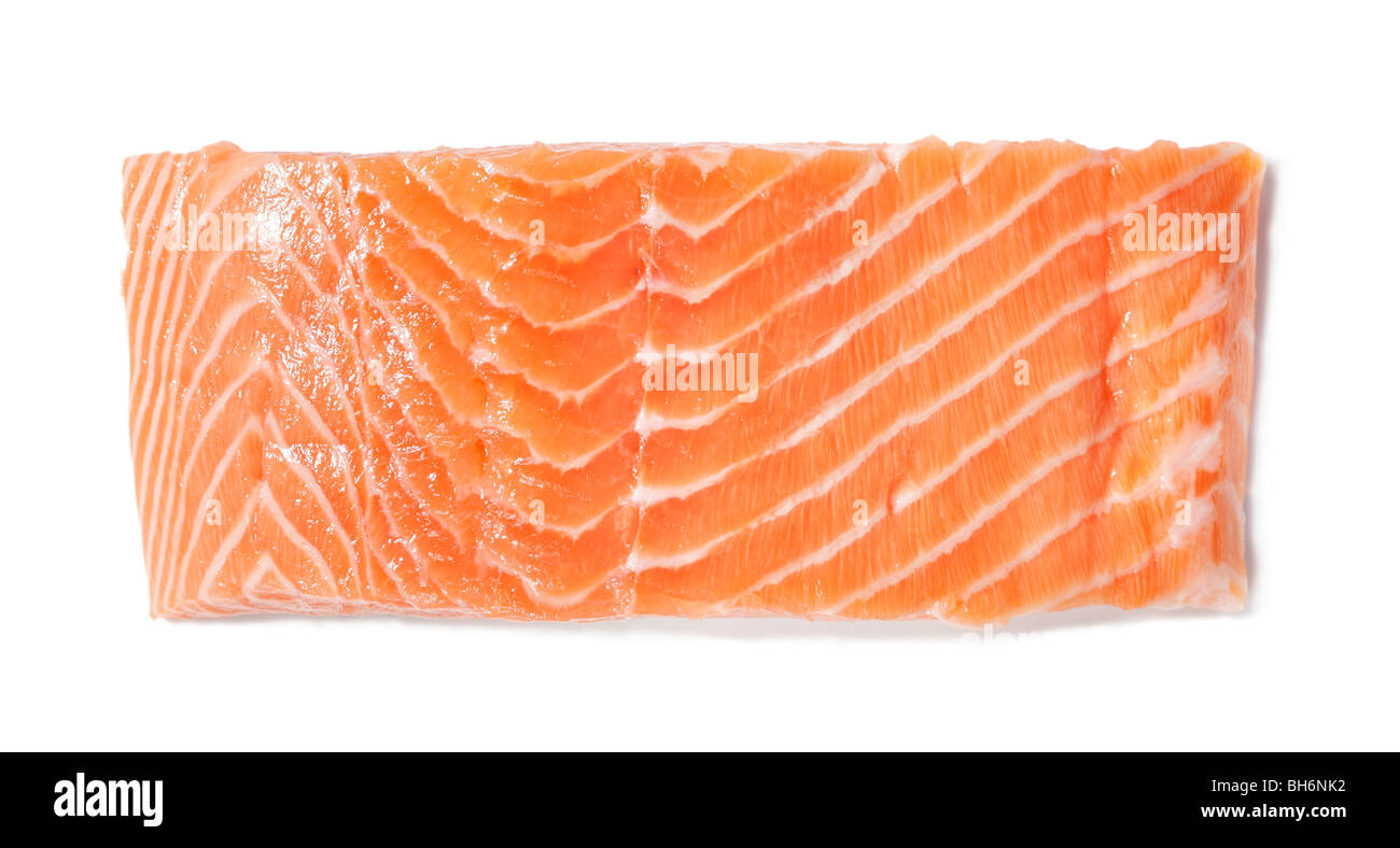 Un trozo de filete de salmón crudo sobre blanco Imagen De Stock