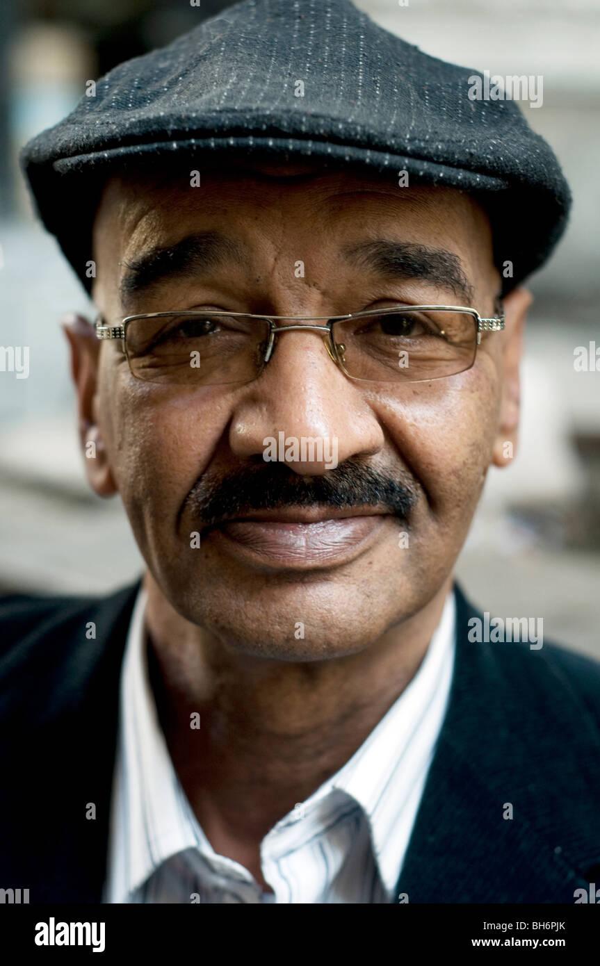 Un retrato del difunto autor egipcio, novelista y escritor de cuentos, dijo Mekkawi, tomado un café el centro de El Cairo, Egipto. Foto de stock