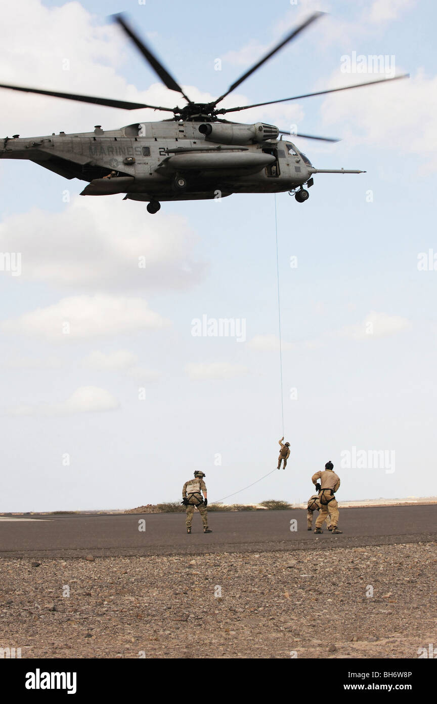 Paracaidistas de salvamento de la fuerza aérea realice un ejercicio de inserción y extracción de Imagen De Stock